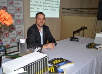 Noite de autógrafos com Prof. Dr. Damião Tavares